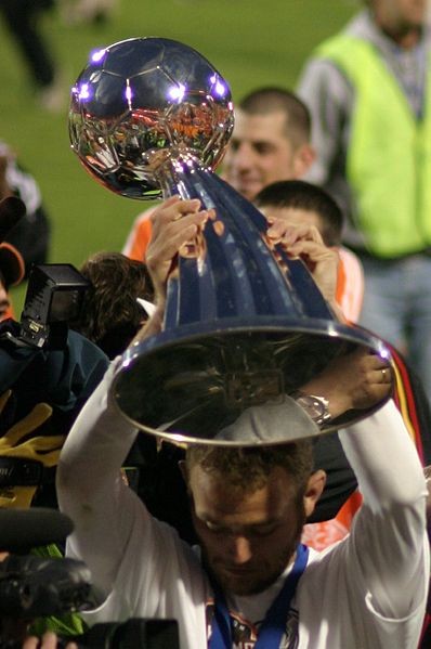 398px-Brad_Davis_with_MLS_Cup_trophy_2006